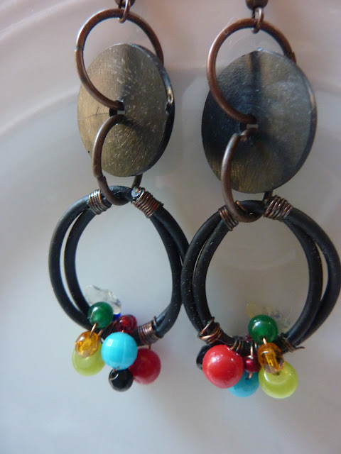 riciclo creativo di auricolari vecchi trasformati in orecchini