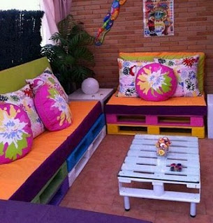 http://manualidadesreciclables.com/14665/sofas-para-la-terraza-en-palets