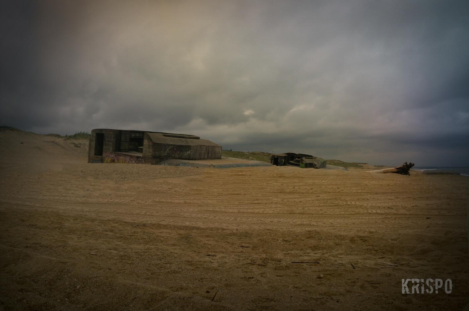 tres bunkers de la segunda guerra mundial abandonados en playa