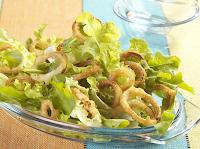 Salada Verde com Anéis de Cebola (vegana)