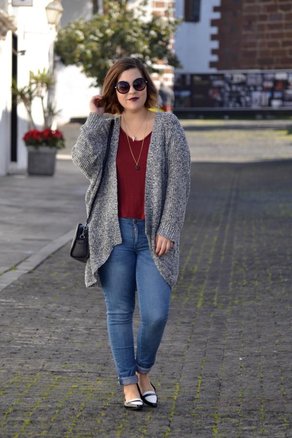 look_cardigan_burdeos_zapatos_pico_bicolor_lolalolailo_01