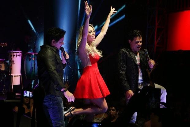 Com um vestidinho Carol Narizinho se empolga em clipe sertanejo