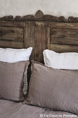 Tête de lit réalisée avec de vieux volets à caissons détournés