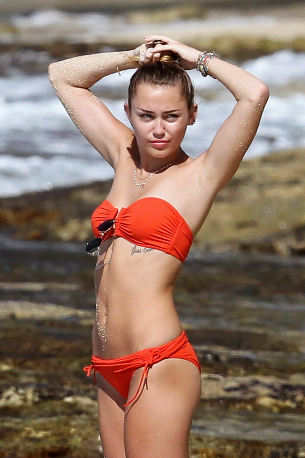 Miley Cyrus Hannah Montana actor is famous. It turns out Miley Cyrus likes to buy bikini Victoria Secret products. Here is Miley Cyrus use red bikini.