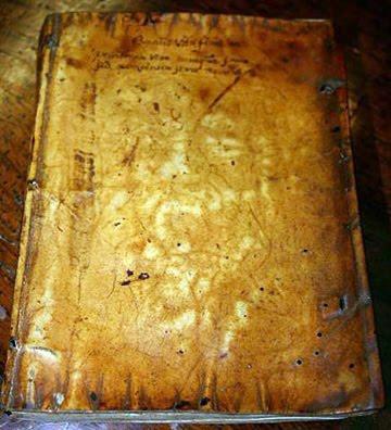 Buku yang Bersampul Kulit Manusia