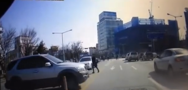 فيديو .. فتاة تسقط من سيارتها أثناء سيرها ثم تركبها مجدداً وتمضي !