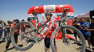 CICLISMO-Rebecca y Roberto lideran la carrera del desierto