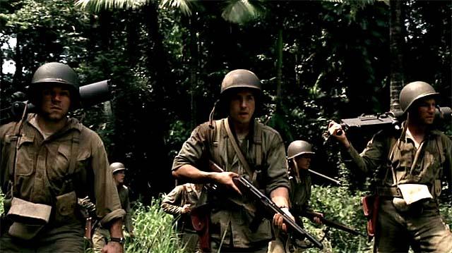 Soldados caminando por la selva