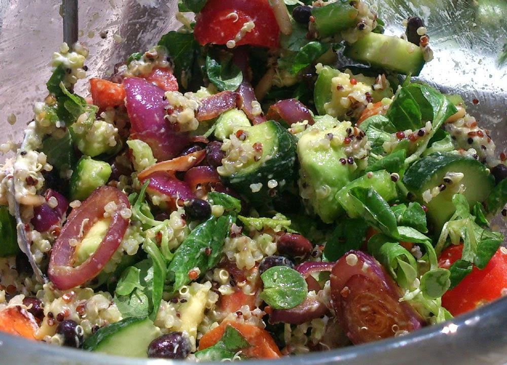 Kvinoa-vuohenjuustosalaatti