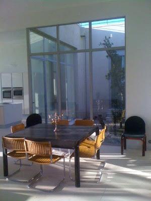 Une salle à manger lumineuse pour cette maison à louer au centre du village de Gordes