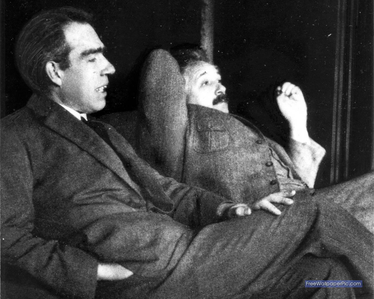 http://2.bp.blogspot.com/-g5EdbzbgaXM/TbWx7yNBRzI/AAAAAAAAAfY/BWqrGhk24fM/s1600/Niels+Bohr+and+Albert+Einstein%252C+1925.jpg