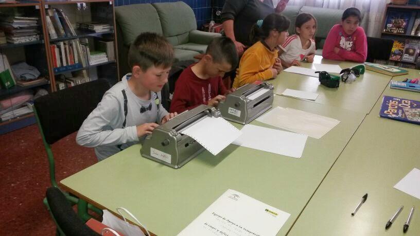 La imagen muestra a unos chicos aprendiendo a escribir en Máquina Perkins
