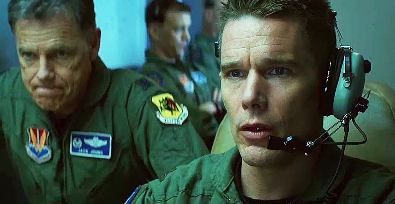 Ethan Hawke pilota drones no trailer do suspense Good Kill, de Andrew Niccol
