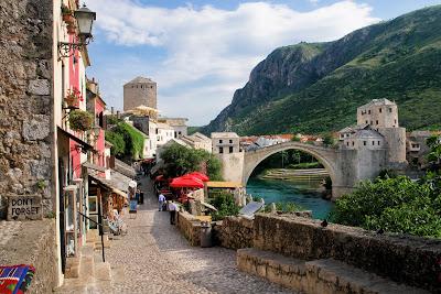 Puente sobre el rio Neretva en Bosnia Herzegovina