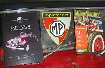 O parabrisa do único MP Lafer de São Paulo virou expositor do livro do MP Lafer e da Revista MotorMachine.