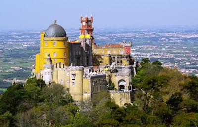 Vista aérea del Palacio Nacional de la Peña en Portugal