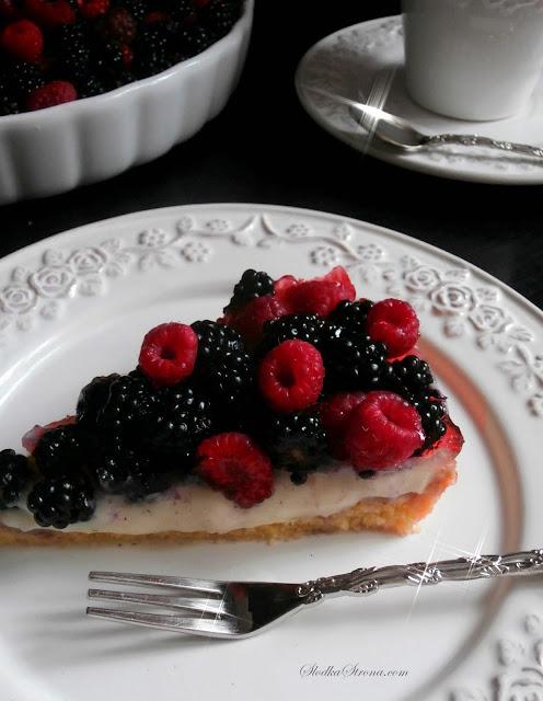 Tarta z Malinami i Jeżynami z Pysznym Domowym Kremem Budyniowym i Galaretką - Przepis - Słodka Strona