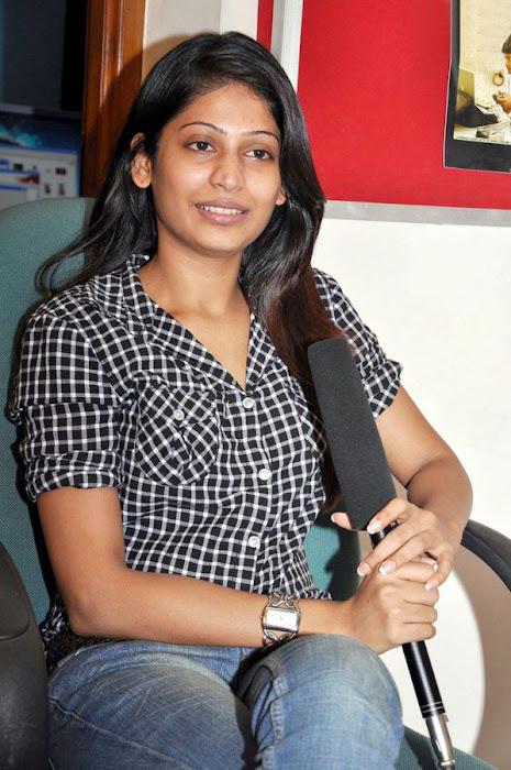vijayalakshmi in jeans unseen pics