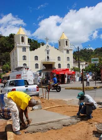 Reparos no canteiro central na altura da igreja católica de São Pedro