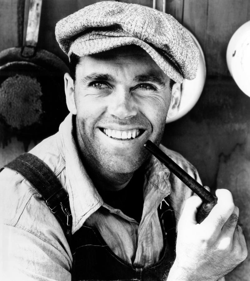 an analysis of the character tom joad in the grapes of wrath In the grapes of wrath, tom joad, jr is an ex-convict who joins his family in moving to california in search of economic opportunity tom kills another man and leaves his family to help the.
