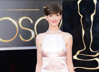 photo of anne hathaway alleged wardrobe malfunction on oscar academy