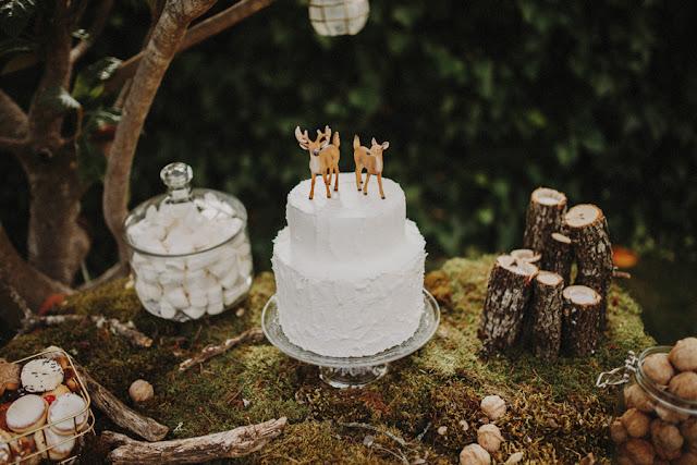 Blog Mi Boda - Editorial Wild Christmas - Tarta de boda ciervos - deer wedding cake