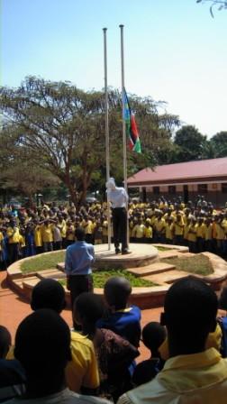 L'alzabandiera alla scuola di Nzara nel giorno dell'inaugurazione dei nuovi edifici. Novembre 2011