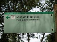 Rètol indicador del camí a seguir per anar a veure l'antiga mina de bauxita