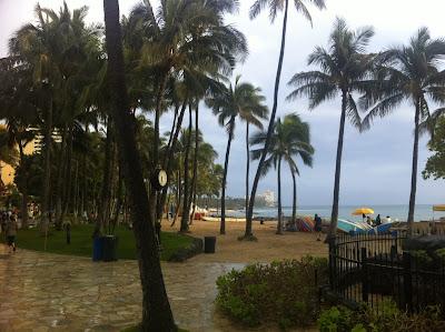 Blick von der Promenade auf den Waikiki Beach