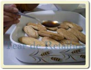 Umedecer o biscoito inglês com uma mistura de café forte e conhaque