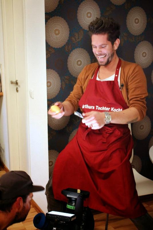 Abenteuer Leben zu Besuch bei Arthurs Tochter Kocht-Supperclub. Moderator Carsten schält Kartoffeln...