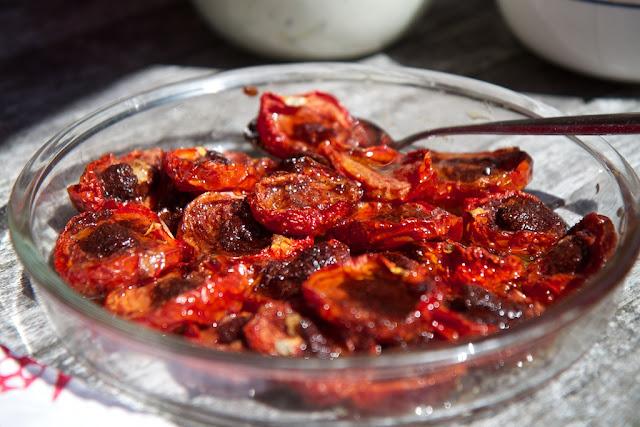 kanelilla ja sahramilla maustetut tomaatit