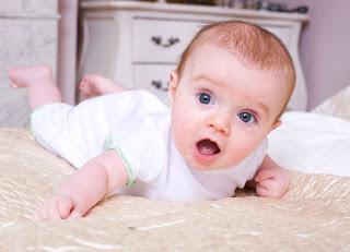 Normalkah Bayi yang Bisa Tengkurap Saat Usianya 8 Bulan