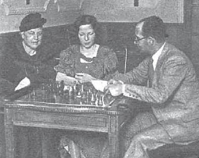 Las ajedrecistas Amparo Galindo y Teresita Pérez con José García Barros