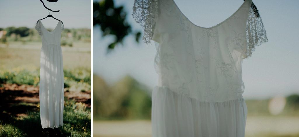 Bröllopsklänning upphängd i ekträd i hage
