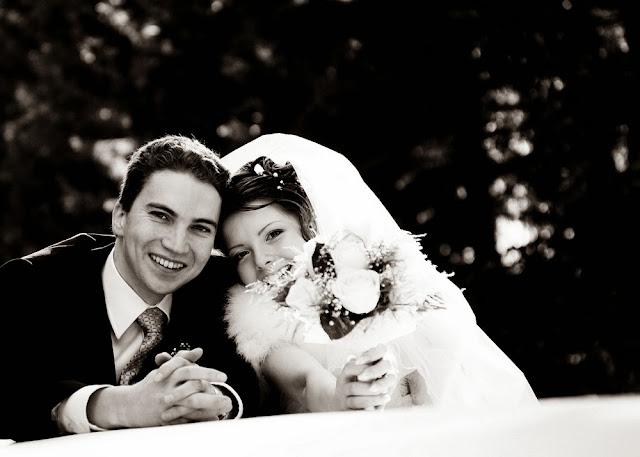 чёрно-белое фото жениха и невесты