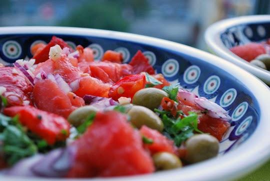 Sałatka z pieczonej papryki i pomidorów