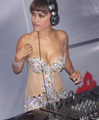 artis telanjang nyaris bugil