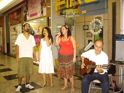 No sarau de lançamento do livro em Volta Redonda, Bianco Marques, Sara Bentes e Ângela Huggler cantam Canário do Reino, acompanhados por Sérgio Bentes ao violão.