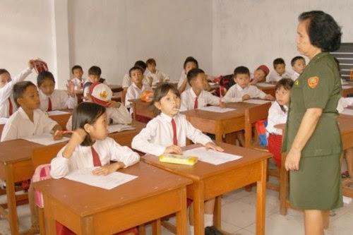 Permasalahan kekurangan guru SD harus segera diselesaikan.