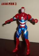 . la armadura de Iron Patriot lleva los colores de Capitán América con el . (iron patriot)