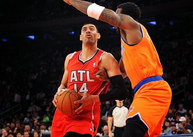Ayón ataca el aro ante los Knicks