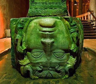 yerebatan-medusa-heykel-ters-yılan-saç-sütun
