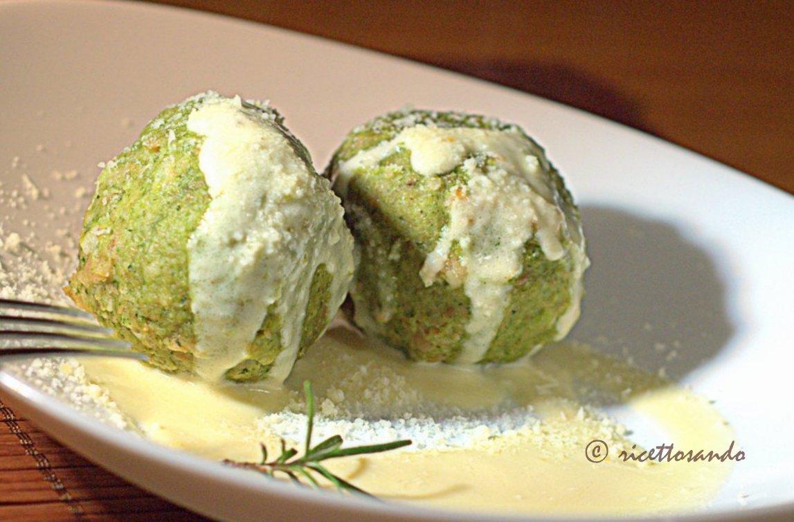 Canederli agli spinaci su crema di parmigiano ricetta tradizionale della cucina povera
