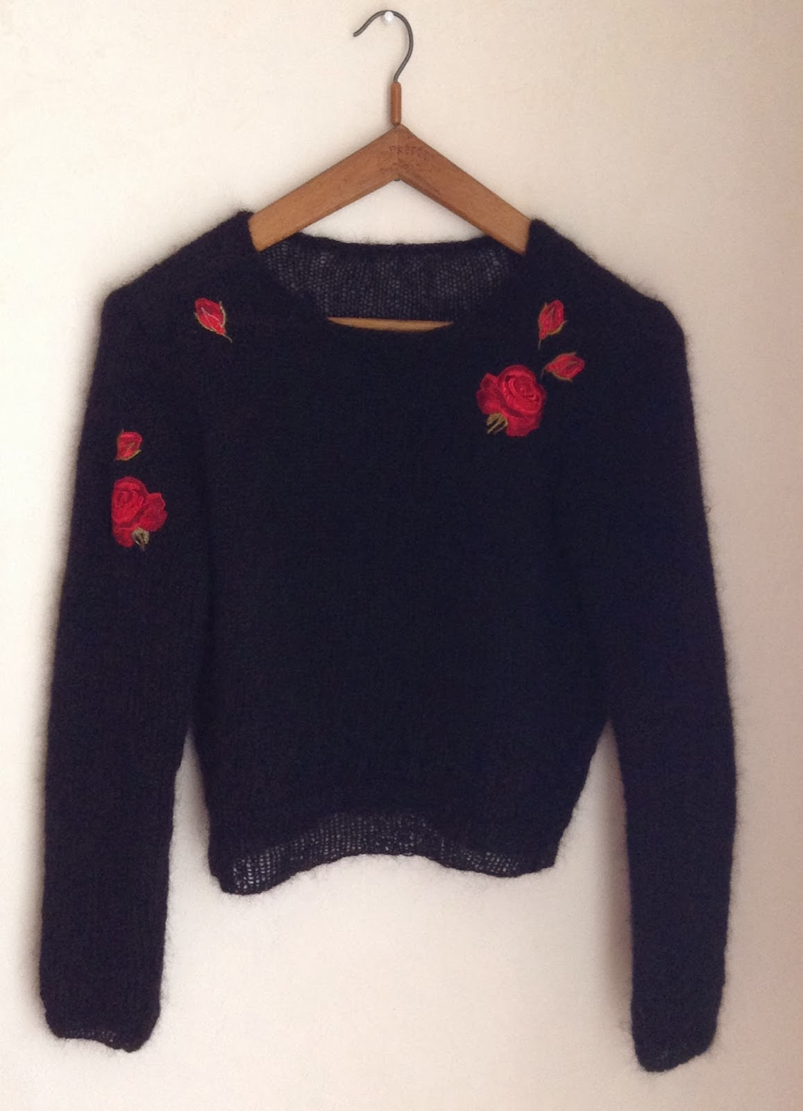 pull noir en mohair avec des broderies rouges