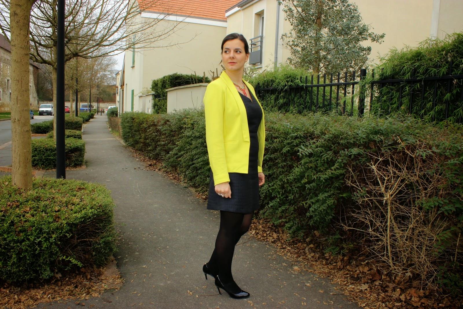veste jaune, robe Naf naf