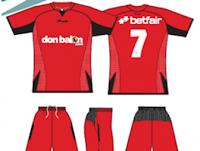 equipación roja fútbol camiseta y pantalón que regala jrvm y betfair