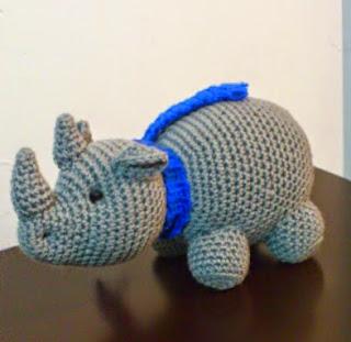 http://novedadesjenpoali.blogspot.com.es/2014/12/patron-rinoceronte-con-bufanda.html
