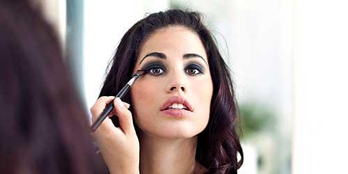 mujer maquillandose los ojos