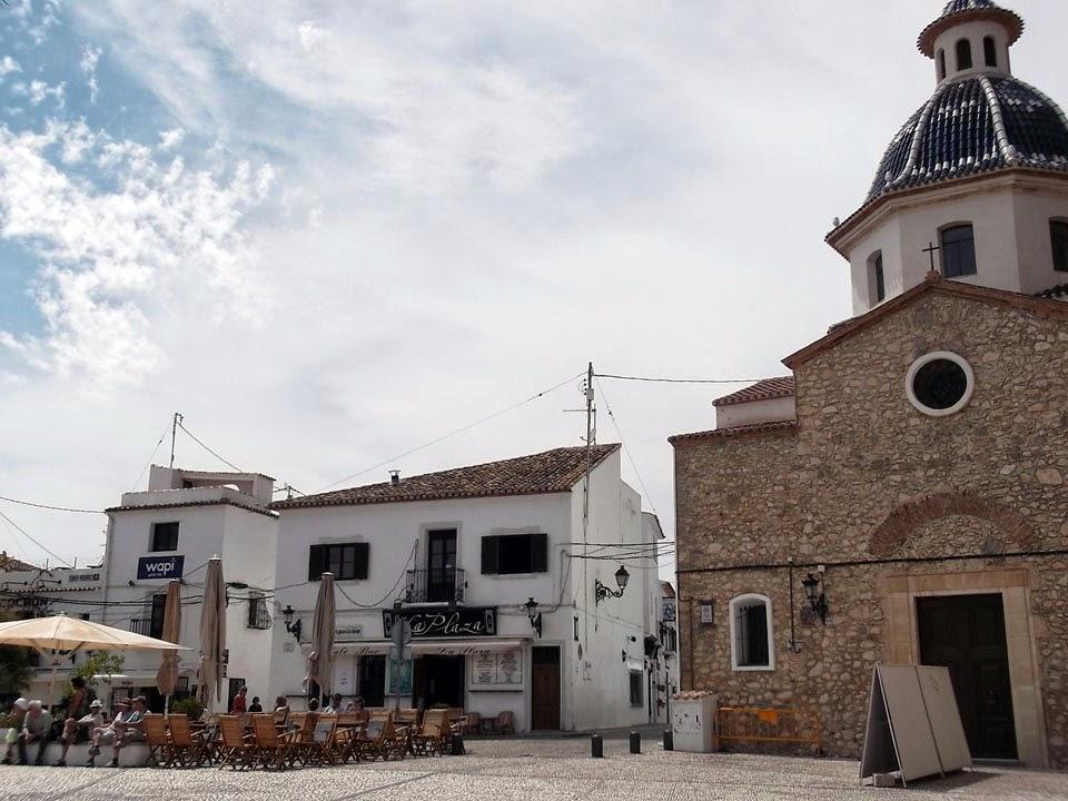 La plaza de la iglesia y sus terrazas